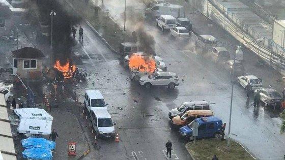 Attentato in Turchia a Smirne autobomba davanti a Palazzo di Giustizia