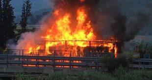 Bus studenti prende fuoco
