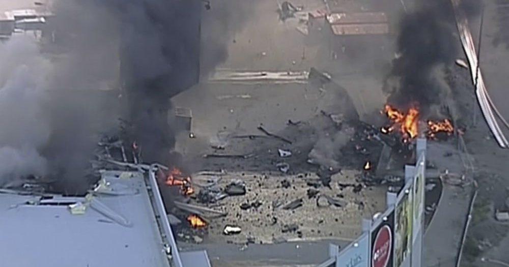 Aereo si schianta contro centro commerciale, 5 morti
