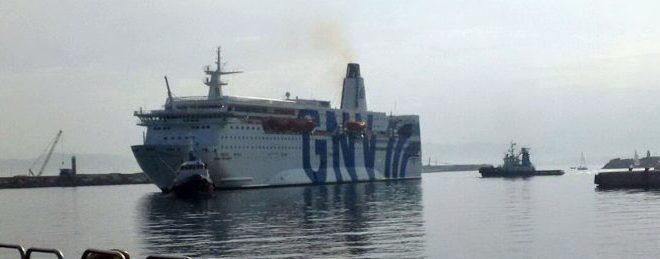 Scoppia incendio su traghetto Snav