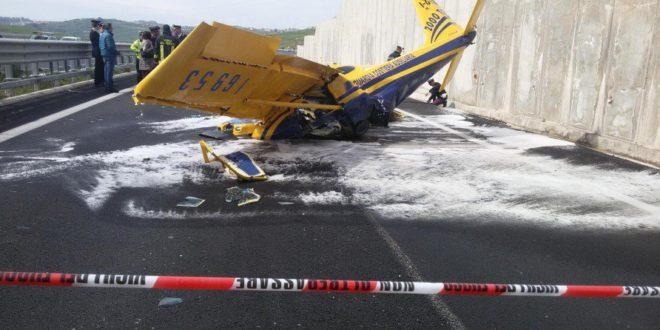 Aereo ultraleggero cade in strada. Pilota morto.