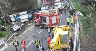 Incidente autostrada A10, camion travolge 8 operai