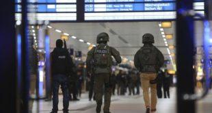 Uomo armato di ascia aggredisce i passanti alla stazione