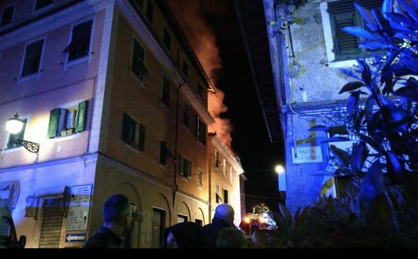 Brucia casa, si gettano dalla finestra per salvarsi
