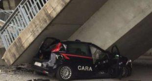 Crolla cavalcavia. Distrutta auto dei carabinieri, salvi i sue militari