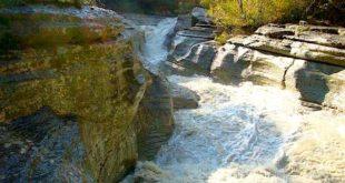Cadono nel fiume Orta